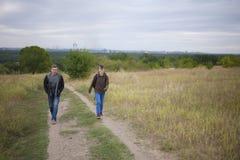 Fille marchant avec un ami en nature Photos libres de droits