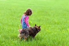 Fille marchant avec un chien Image stock