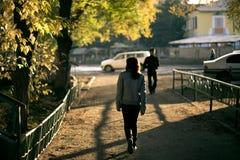 Fille marchant dans la rue Images stock