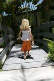Fille marchant dans la scène tropicale Photos libres de droits