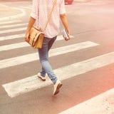 Fille marchant dans la ville Photos libres de droits