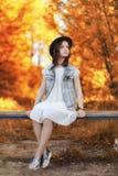 Fille marchant en parc d'automne Automne dans la ville, fille avec d Photographie stock