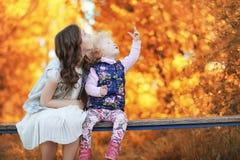 Fille marchant en parc d'automne Automne dans la ville, fille avec d Photos stock