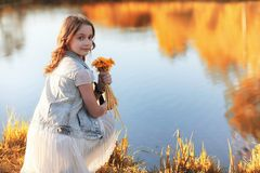 Fille marchant en parc d'automne Automne dans la ville, fille avec d Photo libre de droits
