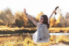 Fille marchant en parc d'automne Automne dans la ville, fille avec d Image stock