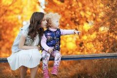 Fille marchant en parc d'automne Automne dans la ville, fille avec d Photos libres de droits