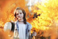 Fille marchant en parc d'automne Automne dans la ville, fille avec d Images stock