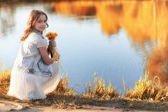 Fille marchant en parc d'automne Automne dans la ville, fille avec d Images libres de droits