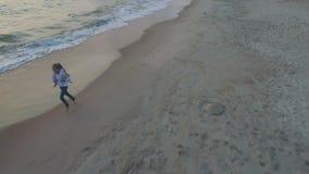 Fille marchant le long de la plage clips vidéos