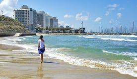 Fille marchant le long du bord de la mer photos libres de droits