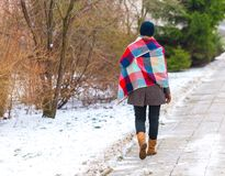 Fille marchant par le trottoir à l'hiver Image libre de droits