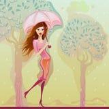 Fille marchant sous la pluie avec le parapluie rose Photo stock