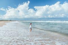 Fille marchant sur la plage photos stock