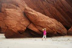 Fille marchant sur la plage Photographie stock