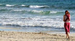 Fille marchant sur la plage Images libres de droits