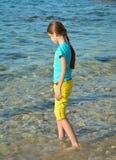 Fille marchant sur la plage Photo libre de droits