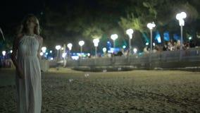Fille marchant sur la plage Vin potable Station de vacances de nuit Femme dans la robe blanche clips vidéos