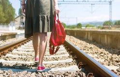 Fille marchant sur la voie de voie ferrée Photo libre de droits