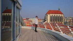 Fille marchant sur le balcon clips vidéos