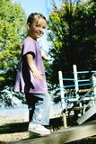 Fille marchant sur un faisceau Photo libre de droits