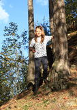 Fille marchant vers le bas dans la forêt Images libres de droits