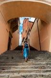 Fille marchant vers le haut de vieux escaliers images libres de droits