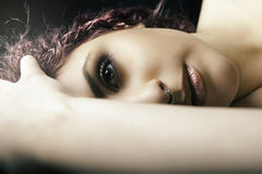 Fille menteuse de demi portrait Jeune maquillage modèle de femme photos stock