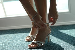 Fille mettant sur des chaussures. Photo stock