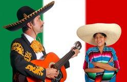 Fille mexicaine du Mexique d'homme et de poncho de charro de mariachi Image stock