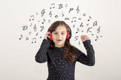 Fille mignonne écoutant une chanson arabe illustration libre de droits