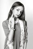 Fille mignonne adolescente avec de longs cheveux posant le portrait de nature de studio Rebecca 36 Photos stock