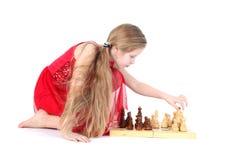 Fille mignonne 9 années de jeu dans les échecs Photos stock