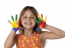 Fille mignonne avec des mains de peinture de doigt Photos libres de droits