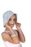 Fille mignonne avec des taches de rousseur tirant sur un chapeau blanc image libre de droits