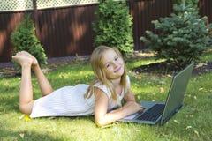 Fille mignonne avec l'ordinateur portable Images libres de droits