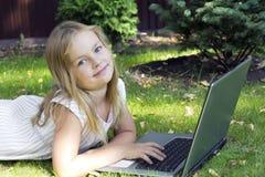Fille mignonne avec l'ordinateur portatif Image stock