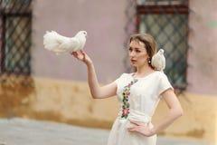 Fille mignonne avec la colombe dans la main Photographie stock