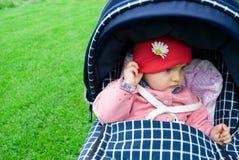 Fille mignonne avec la fleur de marguerite Photographie stock libre de droits