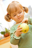 Fille mignonne avec la pomme photo libre de droits