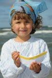 Fille mignonne avec le bateau de papier Image stock