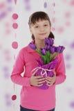 Fille mignonne avec le bouquet violet de tulipe photos stock