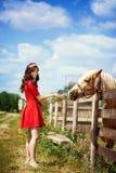 Fille mignonne avec le cheval Photo stock