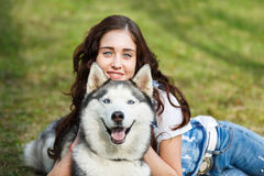 Fille mignonne avec le chien enroué images libres de droits