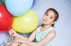 Fille mignonne avec les ballons colorés Photos stock