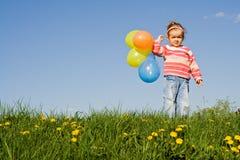 Fille mignonne avec les ballons colorés, copyspace photos libres de droits