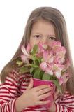Fille mignonne avec les fleurs roses Photos libres de droits