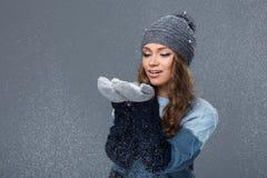 Fille mignonne avec profiter d'un agréable moment de flocons de neige image stock