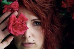 Fille mignonne avec une rose Photo stock
