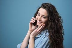Fille mignonne ayant un appel téléphonique Photo stock