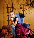 Fille mignonne blonde dans l'intérieur de Halloween images libres de droits